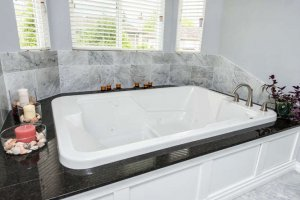10677 Chestnut Place Surrey BC-small-026-Jacuzzi Tub with Heater-666x444-72dpi.jpg